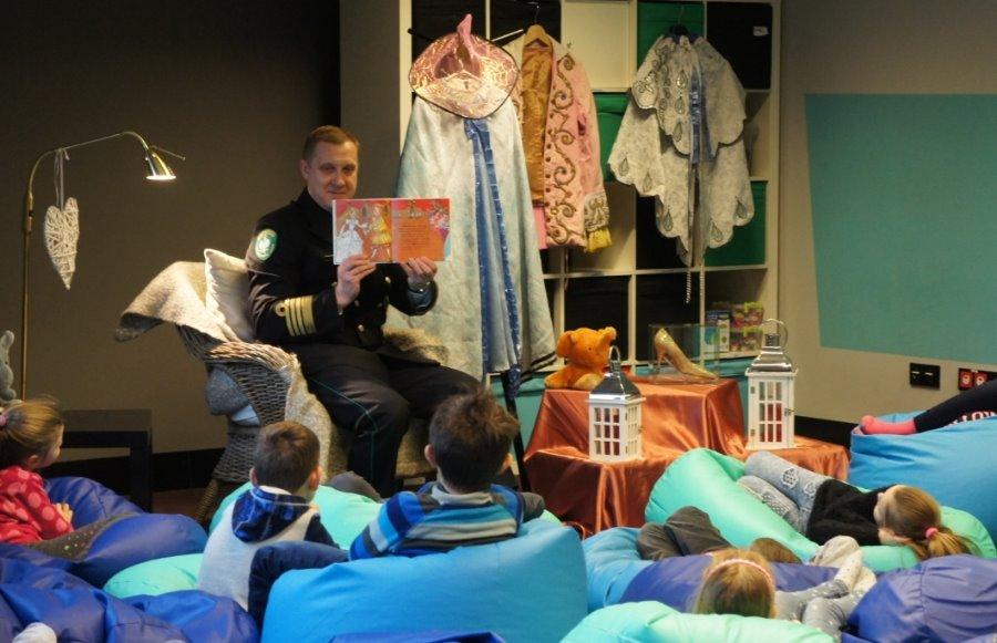 Komendant MOSG czytał dzieciom