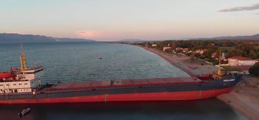 Wielki statek na greckiej plaży. Kapitan był pijany (wideo)