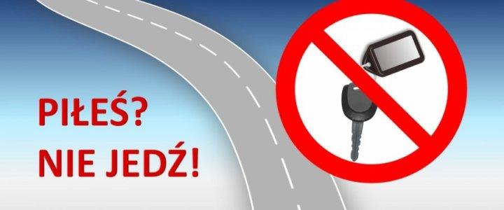"""Andrzejki to okazja do wspólnych zabaw i spotkań. Wiele osób spędzi ten czas poza domem, dlatego przemieszczając się po drogach warto zadbać o bezpieczeństwo swoje oraz innych. Nad bezpieczeństwem uczestników ruchu drogowego będą czuwać policjanci, którzy będą zwracać uwagę na zachowania niezgodne z prawem, w tym nietrzeźwość kierujących pojazdami. W wigilię św. Andrzeja, a więc w nocy z 29 na 30 listopada tradycyjnie obchodzone są """"Andrzejki"""" będące dla wielu osób okazją do zorganizowania ostatniej zabawy przed adwentem. W związku z tym apelujemy do kierujących pojazdami o przestrzeganie przepisów ruchu drogowego, w tym nieprowadzenie pojazdu po spożyciu alkoholu. Należy mieć na uwadze, że kierujący pojazdem jest odpowiedzialny, nie tylko za swoje bezpieczeństwo, ale też za zdrowie i życie innych uczestników ruchu drogowego. Dlatego hasło PIŁEŚ? NIE JEDŹ! niech przyświeca każdemu kierowcy, nie tylko w ten weekend, ale przez cały rok. Przypominamy uczestnikom zabaw """"andrzejkowych"""", że bardzo niebezpiecznym zjawiskiem jest nieświadoma nietrzeźwość kierującego. Najczęściej ma ona miejsce, gdy ktoś pił alkohol poprzedniego dnia i wydaje mu się, że w organizmie nie został ślad po """"promilach"""". Bywa tak, że nawet kilkugodzinny sen nie gwarantuje wyeliminowania alkoholu z organizmu człowieka. Dlatego, zanim wsiądziemy """"za kierownicę"""" warto poddać się badaniu na określenie stanu trzeźwości. Badanie można wykonać w jednostkach Policji. Jeżeli zdecydujemy się na powrót ze spotkania towarzyskiego pieszo, również zadbajmy o własne bezpieczeństwo. O tej porze roku warto być widocznym na drodze i nosić elementy odblaskowe, w taki sposób by były widoczne dla innych użytkowników drogi. Działania Policji będą wspierane emisją spotu przez firmę Screen Network na ekranach LCD rozlokowanych na terenie całego kraju. (BRD KGP)"""