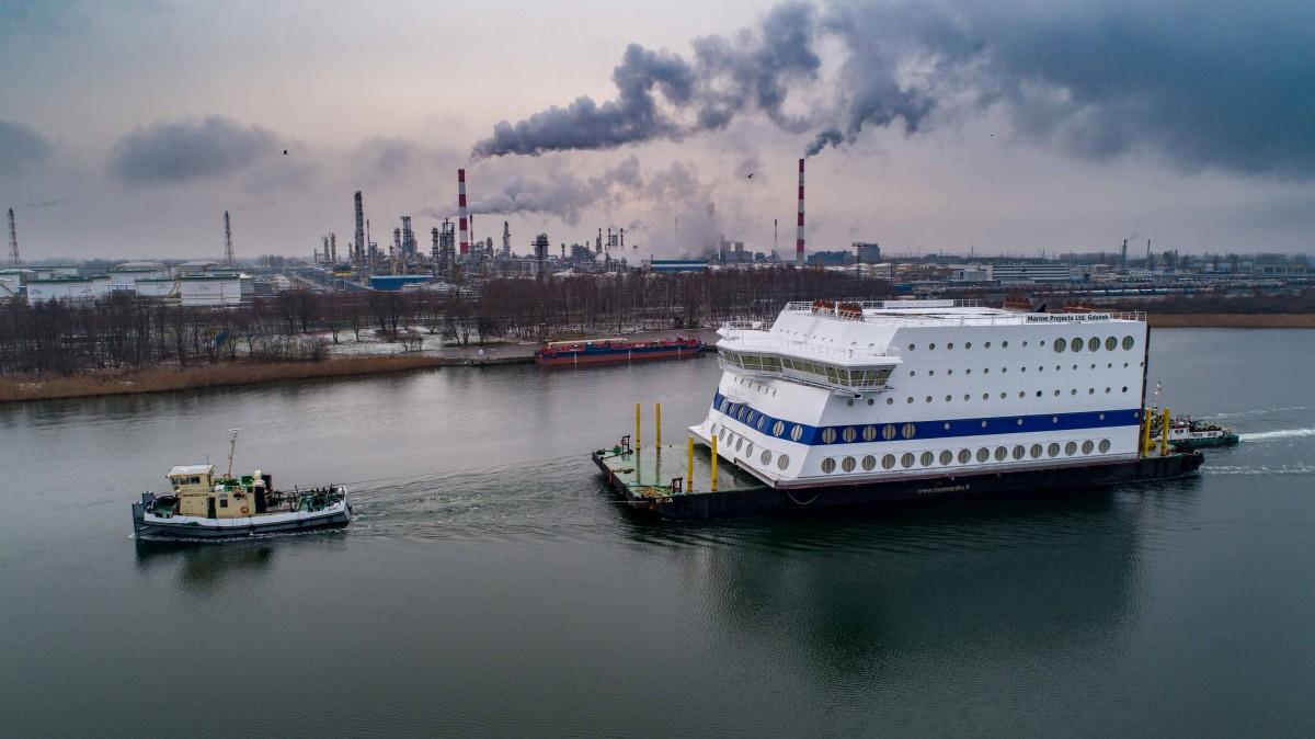 Dziobowa część olbrzymiej nadbudówki wypłynęła z Gdańska.