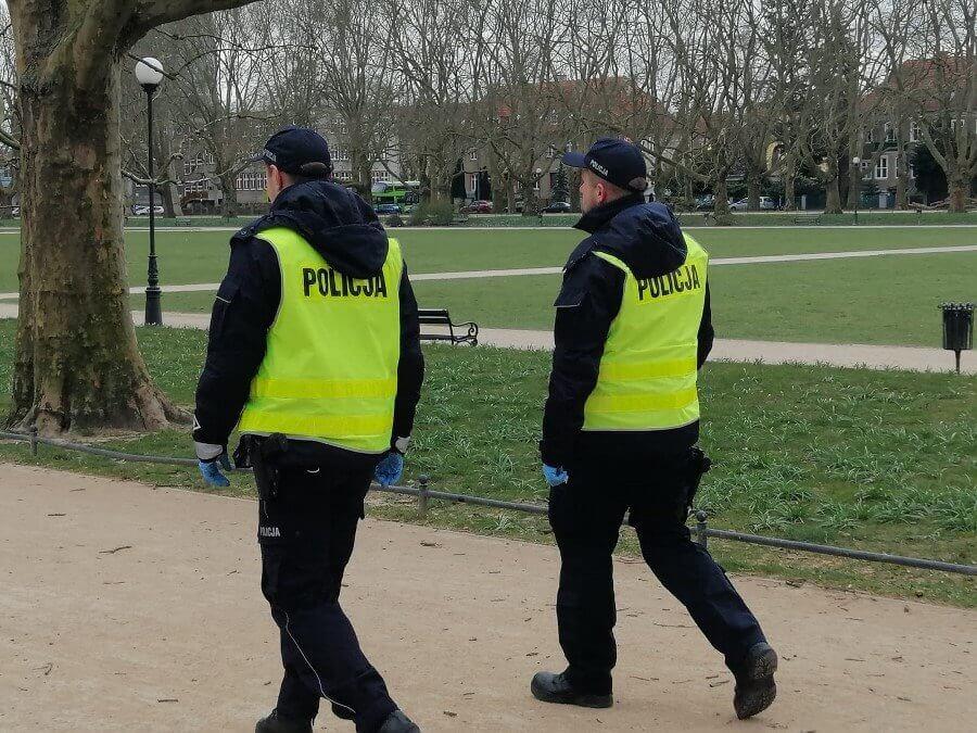 ZACHODNIOPOMORSKIE. POLICJANCI SPRAWDZAJĄ PRZESTRZEGANIE NOWYCH ZAOSTRZONYCH ZASAD BEZPIECZEŃSTWA.