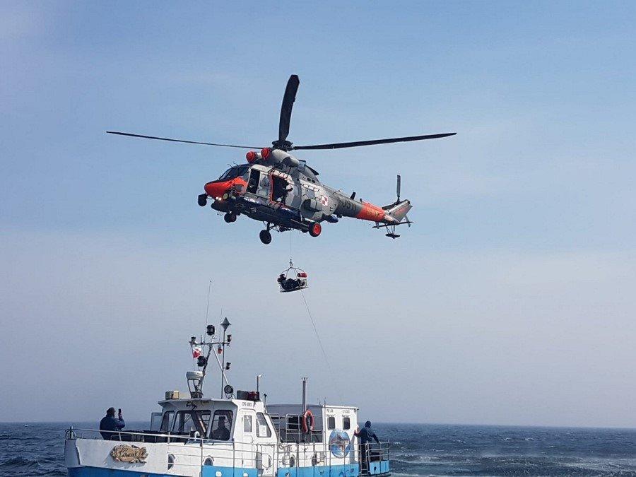Akcja ratownicza na Bałtyku. Ewakuacja z jednostki wędkarskiej (foto)