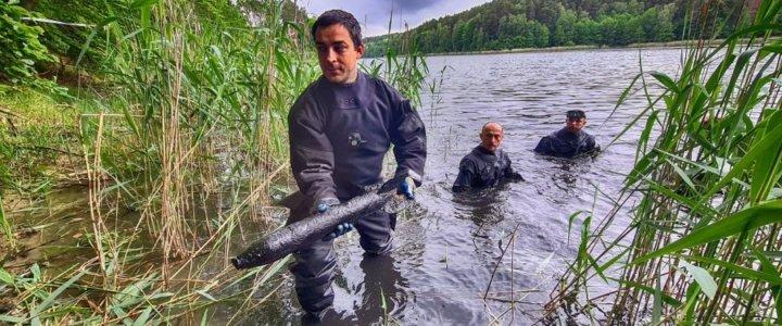 8.FOW. Arsenał pocisków rakietowych wydobyty z jeziora.