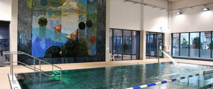 Świnoujście. 100 tysięcy szklanych elementów zdobi ścianę świnoujskich basenów.