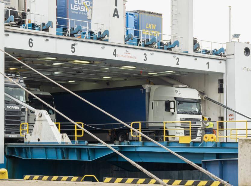 Roboty na Terminalu Promowym w Świnoujściu na półmetku, czas na sprzęt.