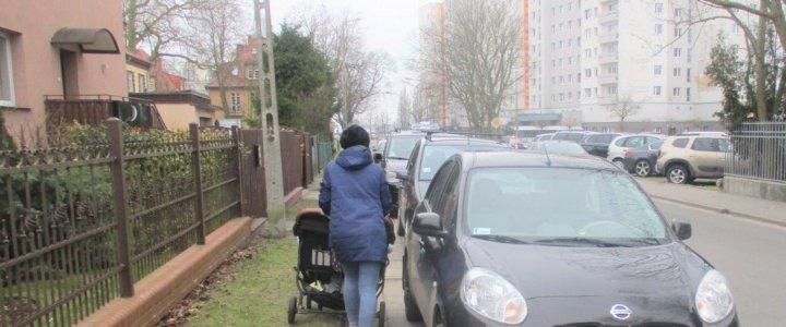 Świnoujście. Oburzające parkowanie na ul. Jana z Kolna.