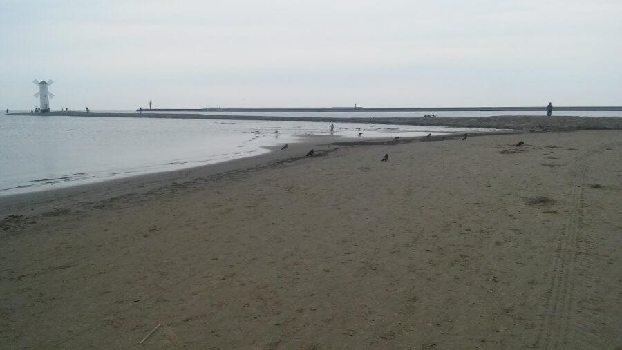 Świnoujście. Na plaży bez maseczek. Korty i basen nadal otwarte.