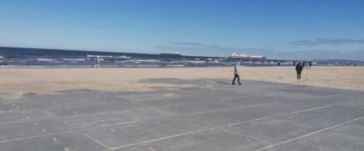 Świnoujście. Plaża. Trzy dni zajęło ponowne układanie płyt.