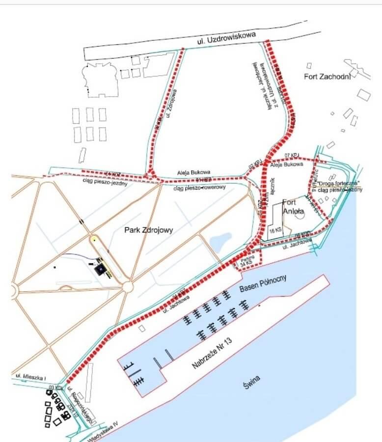 Zdjęcie z wizji lokalnej z udziałem radnych. Po lewej stronie Aleja Bukowa, droga dla rowerów została zaprojektowana po prawej stronie, aby nie ingerować w cenne buki, a jednocześnie móc je podziwiać jadąc rowerem czy spacerując.