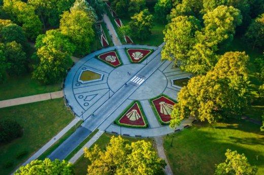 Park Zdrojowy Na zdjęciu ulica Chrobrego, która przebiega przez środek Parku Zdrojowego. To właśnie ją ma odciążyć, a tym samym chronić park, projektowana ulica Nowojachtowa.