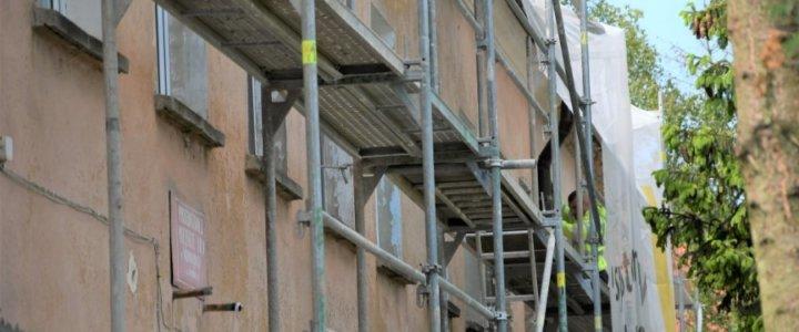 Świnoujście Warszów. Skuwają tynki na budynku przedszkola.