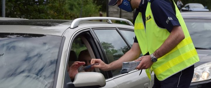 POLICJANCI ZE ŚWINOUJŚCIA PRZEKAZALI KIEROWCOM ALKOTESTY I BROSZURY INFORMACYJNE
