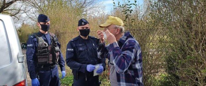 POLICJANCI WRĘCZALI MASECZKI OCHRONNE MIESZKAŃCOM POWIATU GRYFICKIEGO.