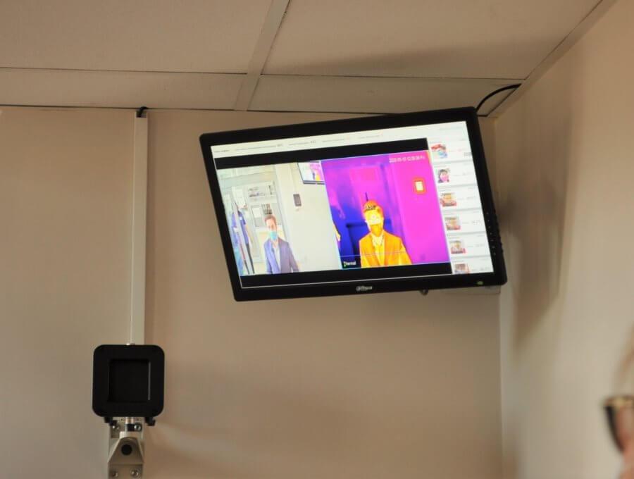 Świnoujście. Szpital miejski. Termowizyjna kamera mierzy temperaturę wchodzącym.