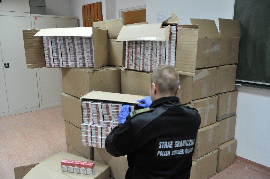 Świnoujście. Nielegalne papierosy za 271 tys. zł w naczepie ciężarówki