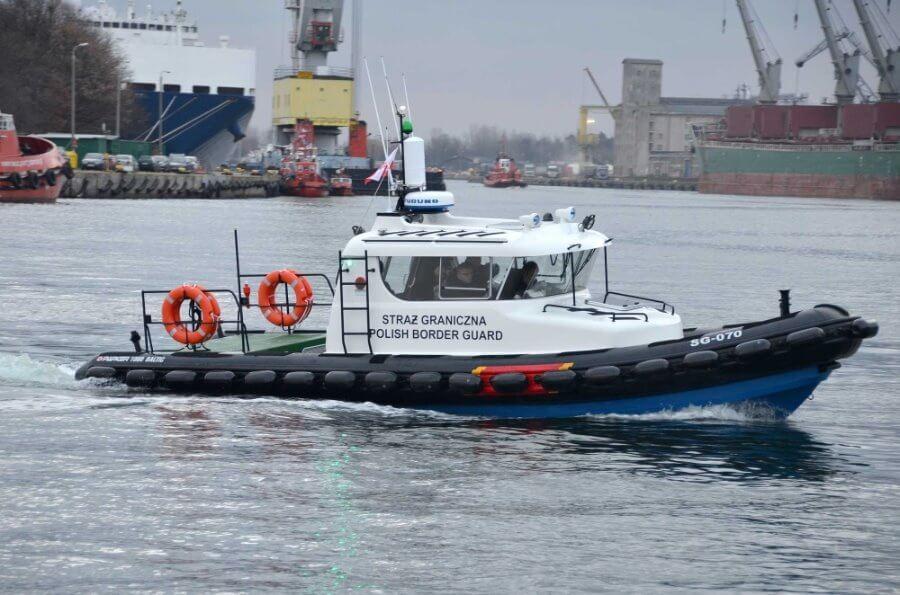 Podejrzane silniki i łódź na Kanale Piastowskim w Świnoujściu.