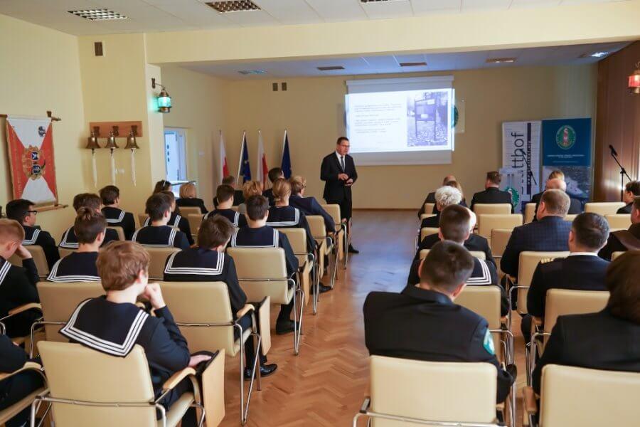 Kiedyś obóz jeniecki, dziś Komenda Morskiego Oddziału Straży Granicznej - łączy nas historia.