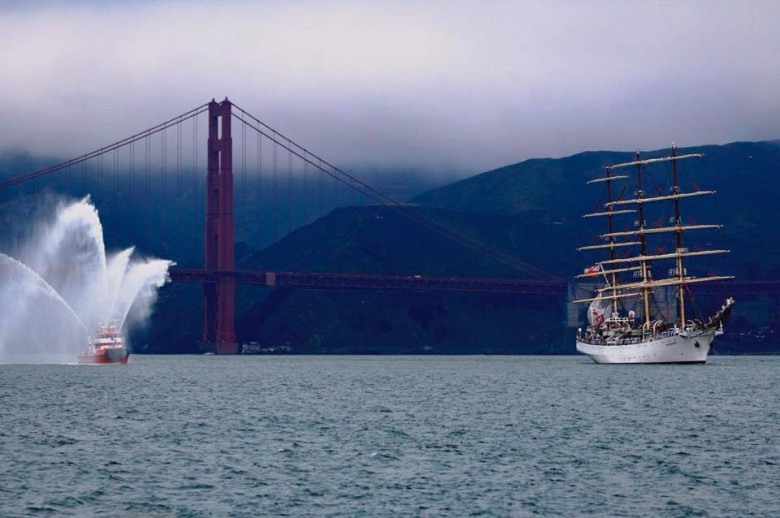 Dar Młodzieży w San Francisco. Przepłynął pod jednym z najsłynniejszych mostów świata (wideo)