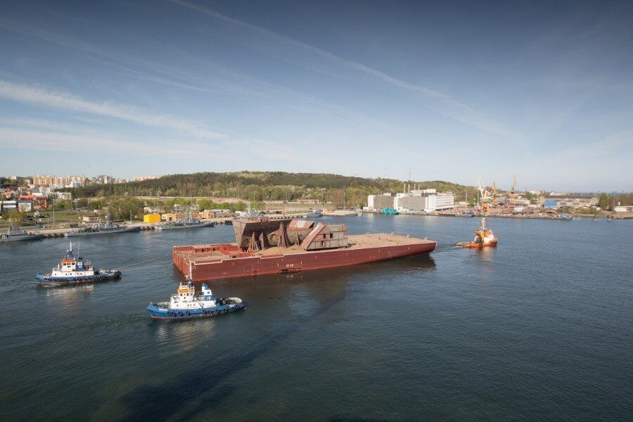 Megablok kadłuba nowoczesnego wycieczkowca wyruszył ze stoczni CRIST do Francji (fot. wideo)