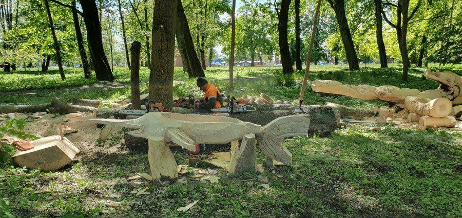 Świnoujście. W parku pracują rzeźbiarze.