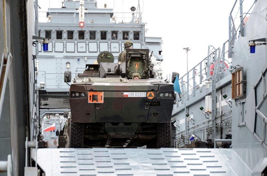 Świnoujście. Transport techniki wojskowej 12.BZ przez siły 8.FOW (fot.)