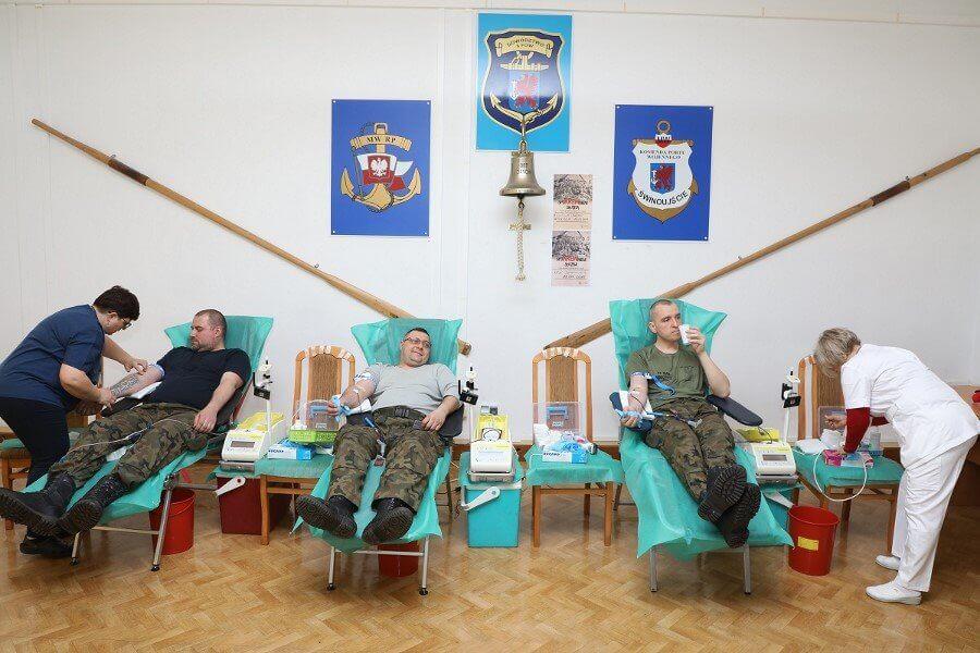 """Świnoujście. Akcja krwiodawstwa pod hasłem """"SpoKREWnienii służbą"""" w 8.FOW (fotogaleria)"""