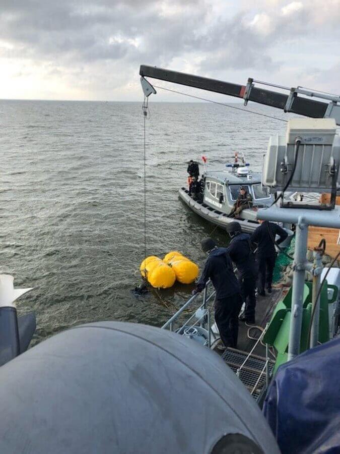 Okręt z niebezpieczną bombą bezpiecznie opuścił Świnoujście.