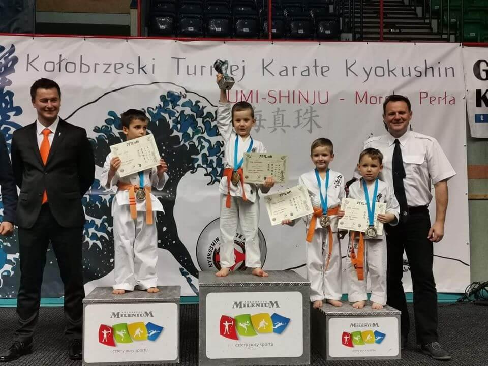Bardzo udany start najmłodszych zawodników Świnoujskiej Akademii Karate Kyokushin na zawodach w Kołobrzegu.