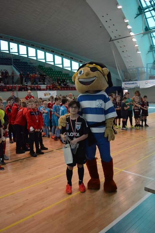 Zmierzyliśmy się z następującymi klubami osiągając wyniki: Flota - Olimp Gościno 3-1 Flota - Energetyk Gryfino 0-1 Flota - Jantar Ustka 1-1 Flota - GAP Dąbrowa 1-2 Flota - Kotwica Kołobrzeg 2009 1-0 Po czterogodzinnych zmaganiach nastąpiło oficjalne zakończenie Ligi Europy. Nasza drużyna uzyskała równą liczbę punktów (7) z drużyną GAP Dąbrowa. Zgodnie z regulaminem wynik bezpośredniego spotkania pomiędzy klubami zadecydował o zajęciu 4. miejsca przez drużynę Floty. Do miejsca na podium zabrakło nam 1 punktu, o którym zadecydował rzut karny dedykowany dla przeciwnej drużyny. Mając na uwadze, że w naszej drużynie wiodącym rocznikiem byli chłopcy urodzeni w roku 2009, a nawet 2010, jest to duży sukces, gdyż w innych drużynach dominował rocznik 2008.
