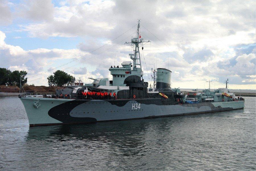 Historyczny niszczyciel ORP Błyskawica znów odbija od nabrzeża (foto)