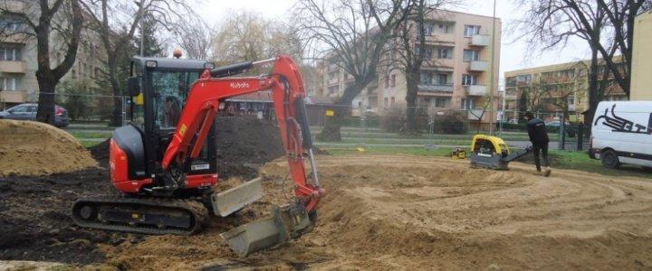 Świnoujście. Przy ulicy Grunwaldzkiej. Drugi tydzień budowy pumptracku.