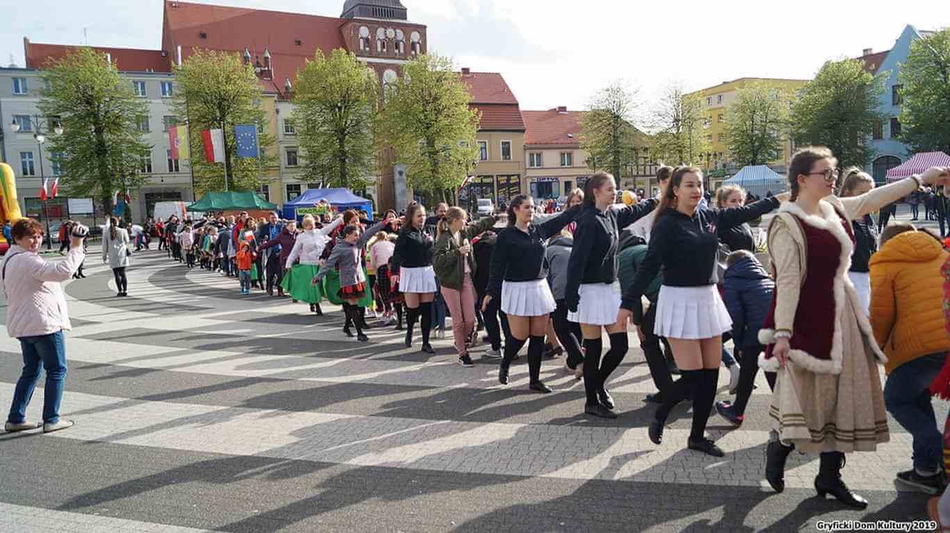 """Już po raz piąty na Placu Zwycięstwa w Gryficach odbyła się impreza """"Czas Poloneza"""" (fotogaleria)"""
