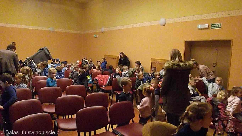 Mikołaj Święty Wiezie Prezenty Teatr La Fayette