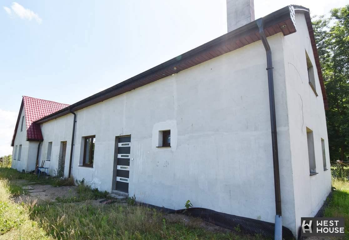 Zachodniopomorskie. Dom w zabudowie bliźniaczej na wsi.