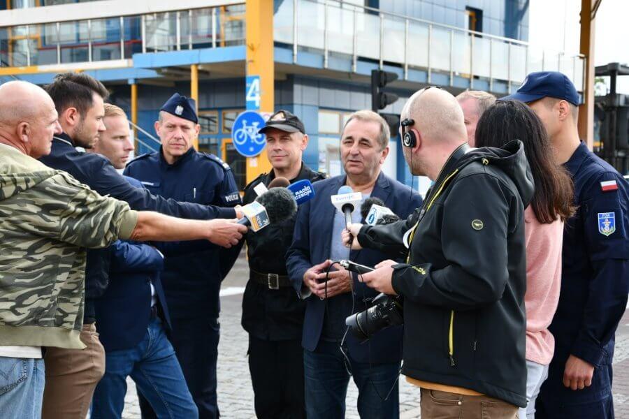 Okręt z niebezpieczną bombą bezpiecznie opuścił Świnoujście (fot. wideo)