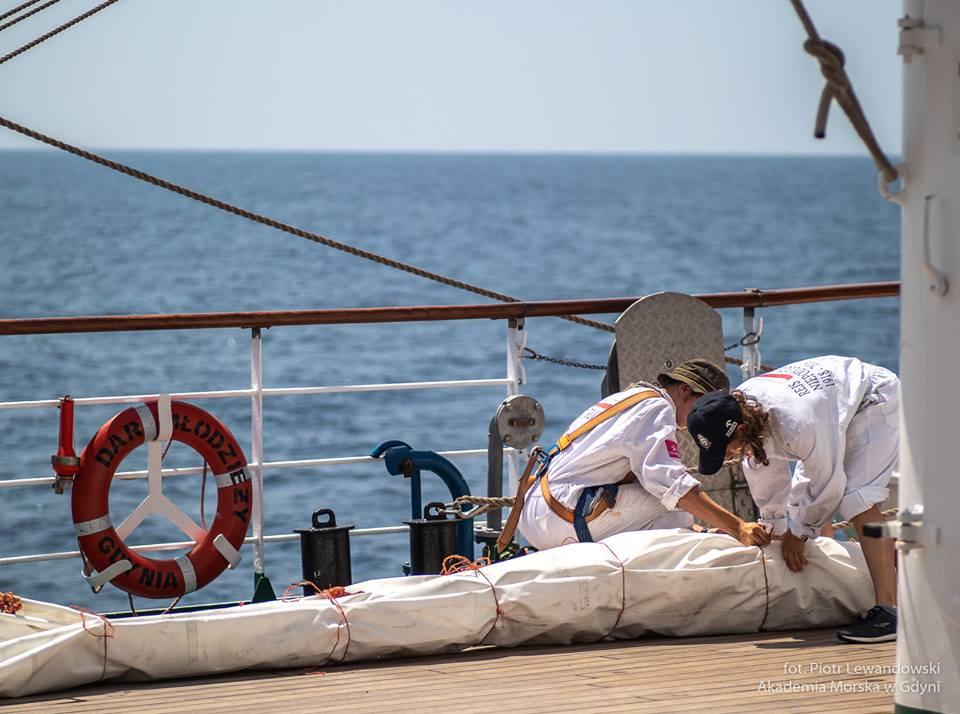 Polska fregata Dar Młodzieży przekroczy dziś równik