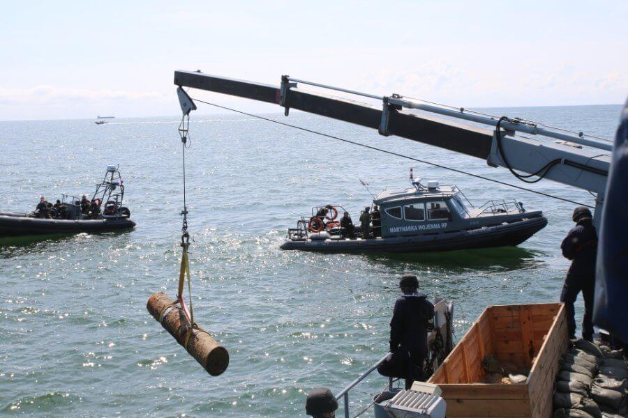 Okręt z niebezpieczną bombą bezpiecznie opuścił Świnoujście