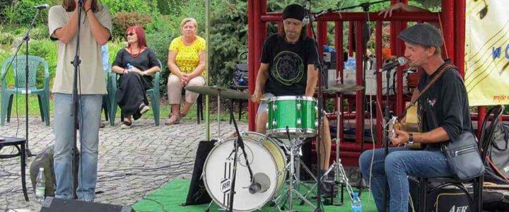 """Fotorelacja - """"Gryfickie Lato Muzyczne 2019"""" - """"W krainie bluesa"""" - Marek Makaron Motyka Trio."""