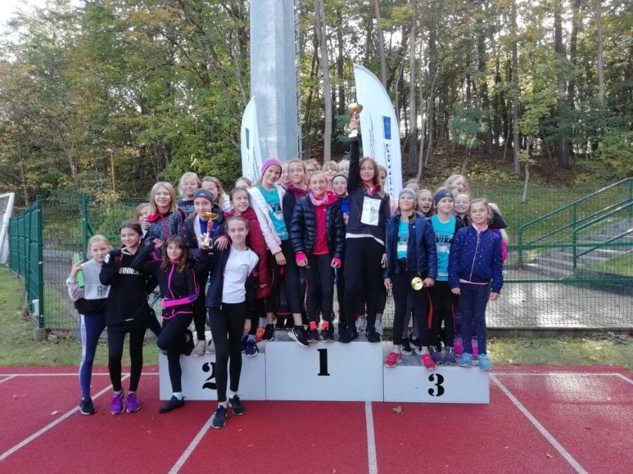 Świnoujście. Sztafetowe biegi przełajowe z udziałem szkolnych sportowców.