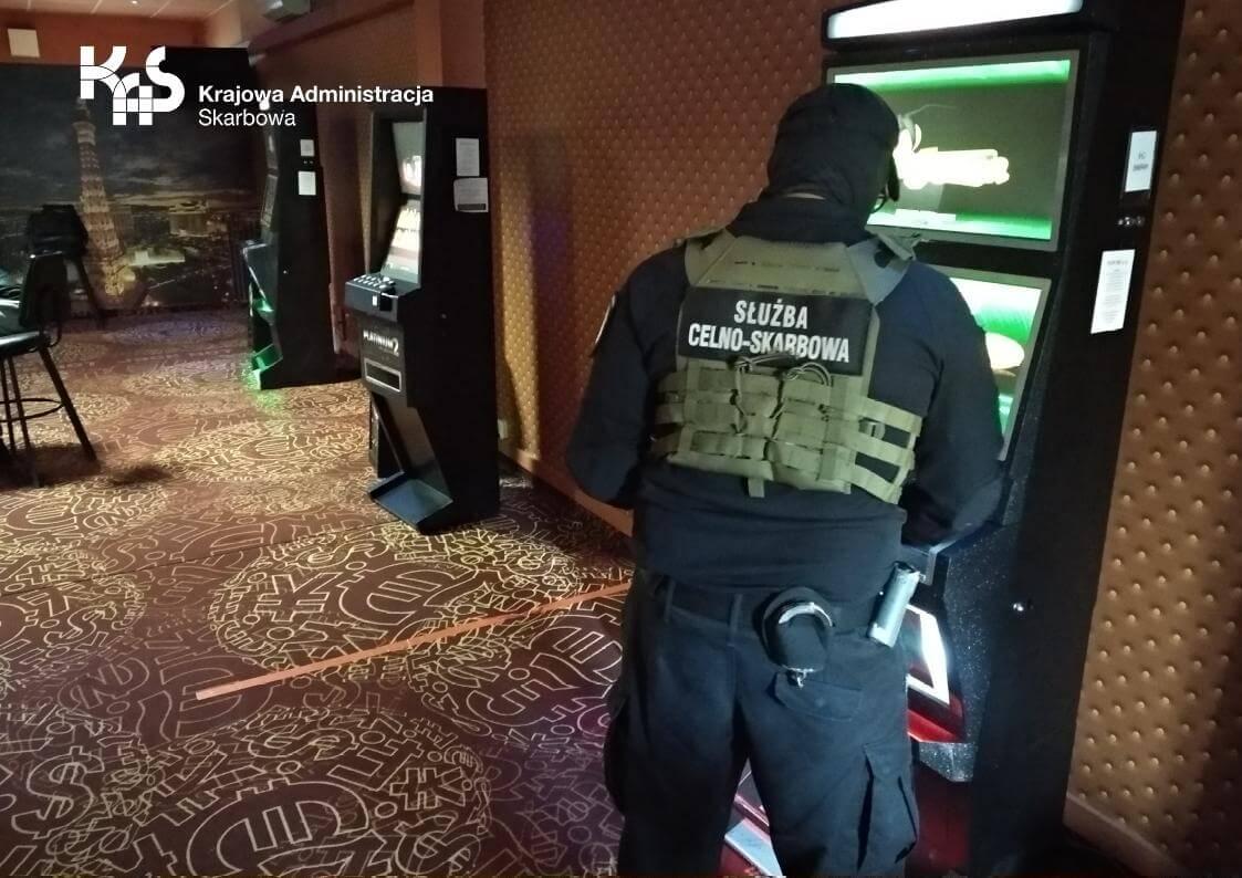 Nielegalny salon hazardu w Gryficach zamknięty przez Krajową Administrację Skarbową.