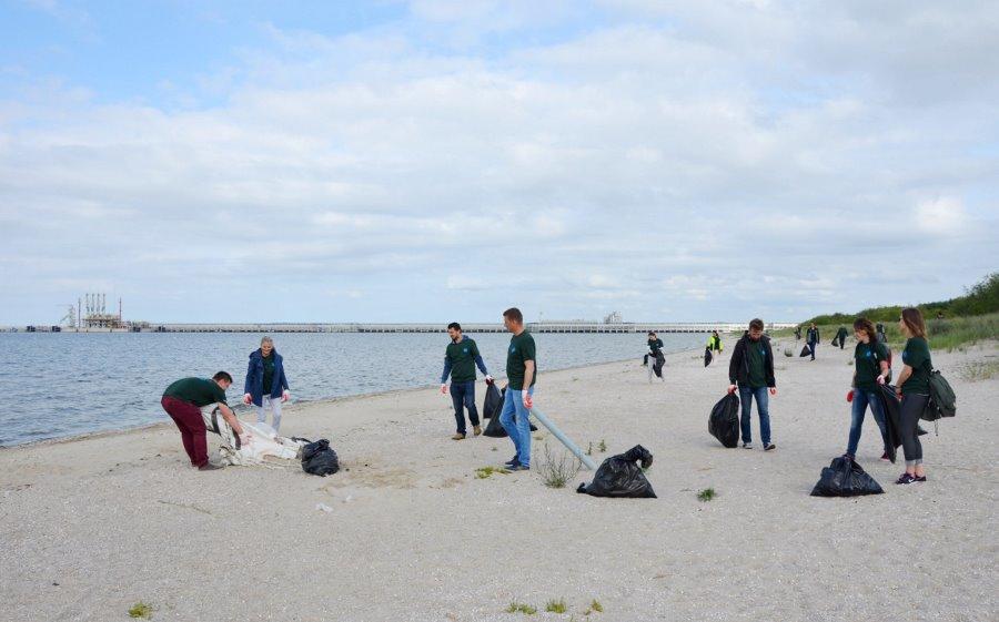 Pracownicy Terminalu LNG sprzątali plażę