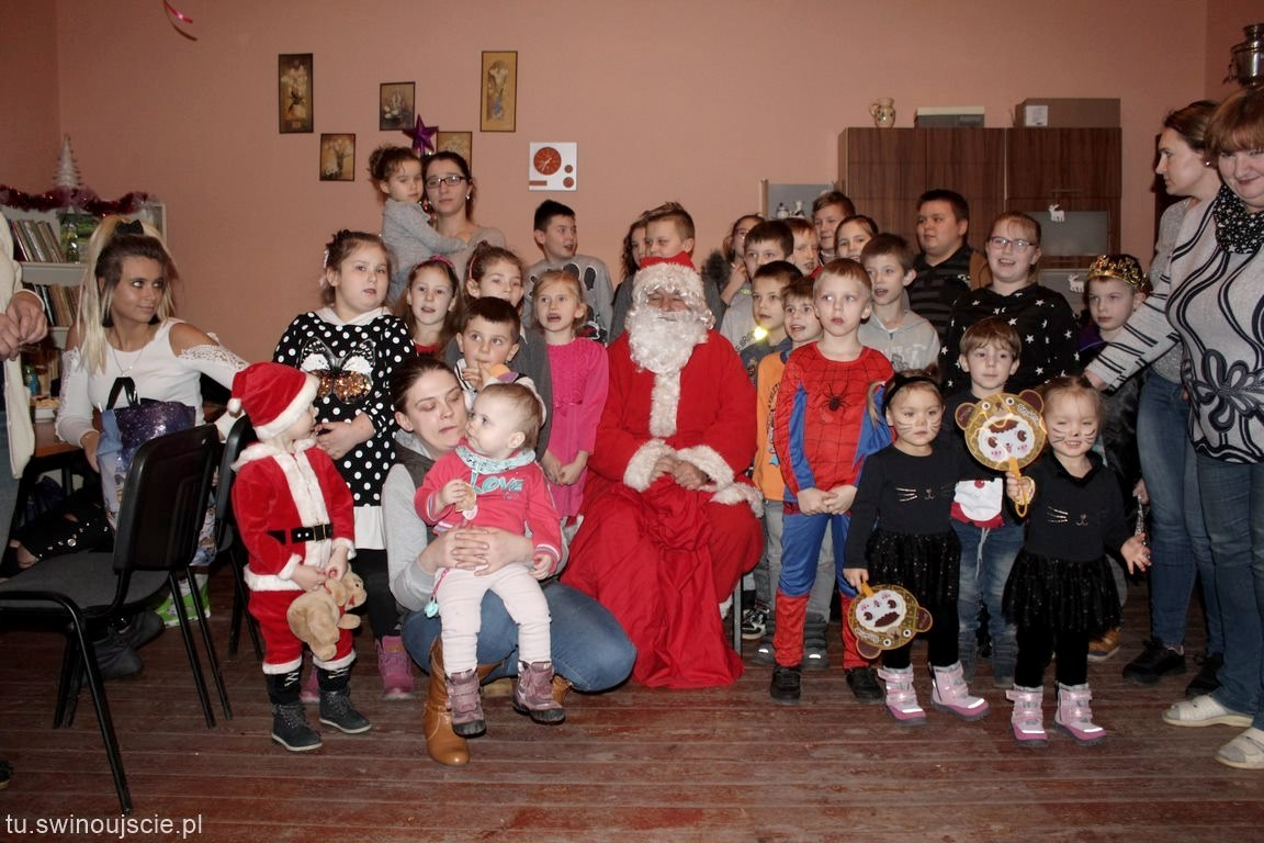 Ościęcin. Mikołaj obdarował dzieci prezentami