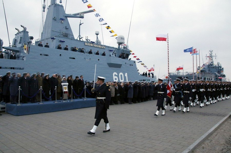 Podniesienie bandery na ORP Kormoran