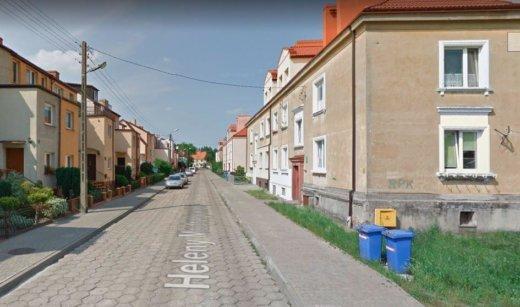 Świnoujście. Warszów. Wykonawca wchodzi na ulicę Modrzejewskiej.