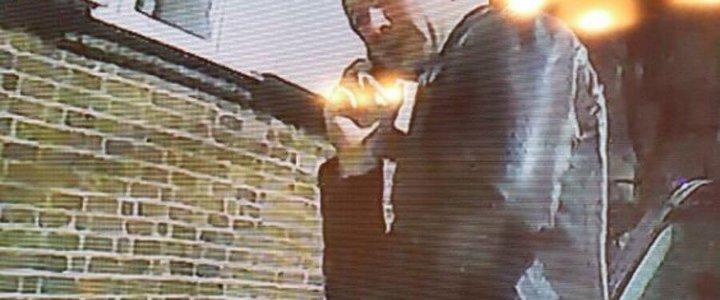 JEŚLI ROZPOZNAJESZ TEGO MĘŻCZYZNĘ, SKONTAKTUJ SIĘ Z POLICJANTAMI.