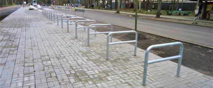 Świnoujście. Montujemy stojaki na rowery.