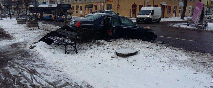 Na wybrzeżu Władysława IV auto wpadło w poślizg