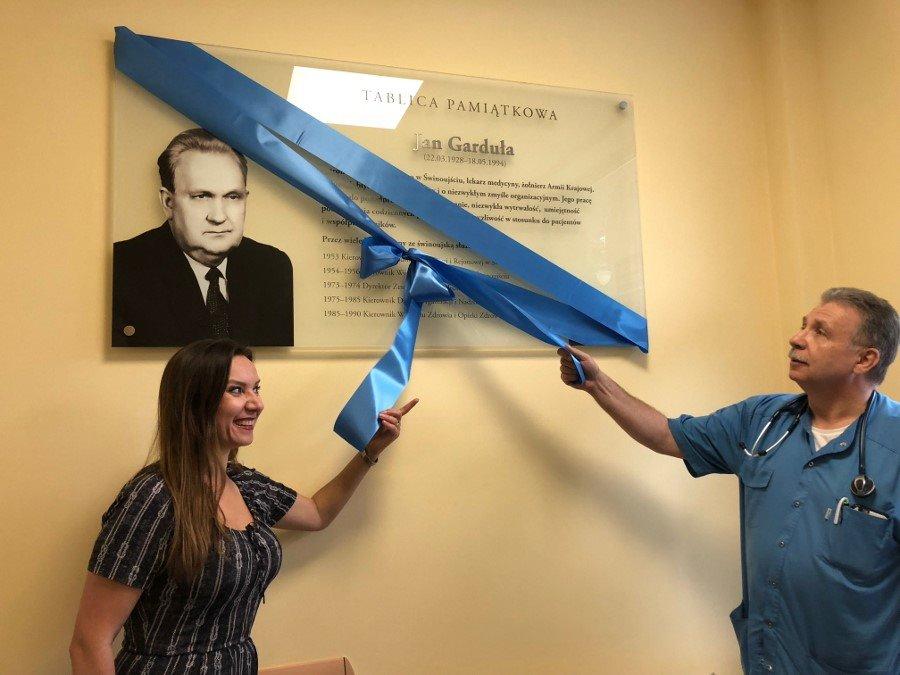 Odsłonięcie tablicy pamiątkowej patrona szpitala w Świnoujściu