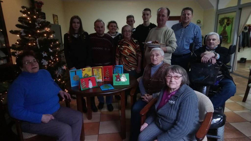 Świąteczne spotkanie wolontariuszy z ZSM u seniorów