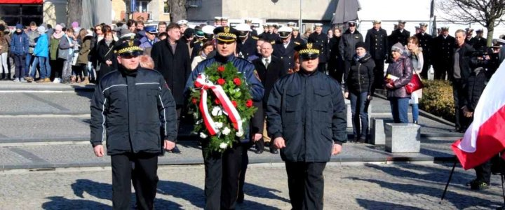 """Dzisiaj w południe na Placu Słowiańskim w Świnoujściu pod pomnikiem """"Bohaterom Walki o Niepodległość Rzeczpospolitej"""" odbyły się uroczystości związane z """"Narodowym Dniem Pamięci Żołnierzy Wyklętych"""""""